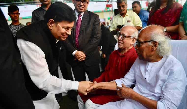 Bangladesh foreign affairs minister Abul Kalam Abdul Momen with Bengali poet Shankha Ghosh | Salil Bera