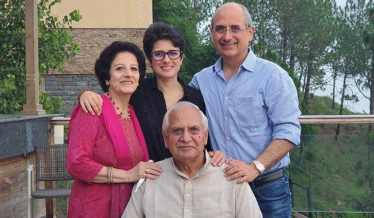 20-Nalin-Kohli-with-his-parents-and-sister-Vandana