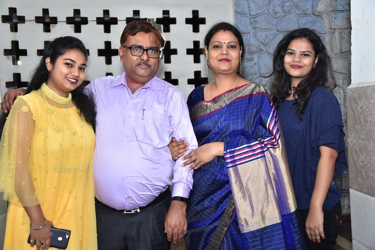Surabhi and Shubhangi with their parents