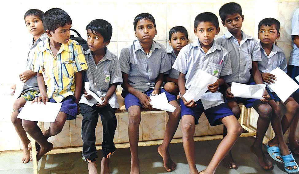 36Tribalschoolchildrenwait