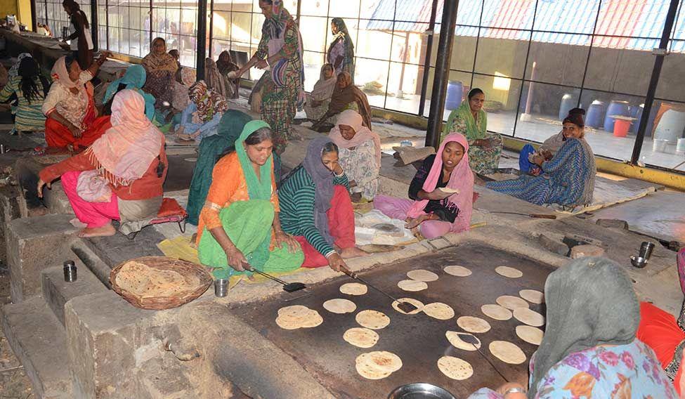 25-community-kitchen-dera-sacha-sauda