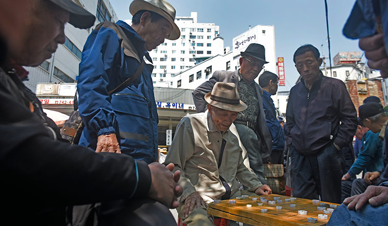 Life goes on: People play the Korean chess game called Janggi in Seoul | Amey Mansabdar