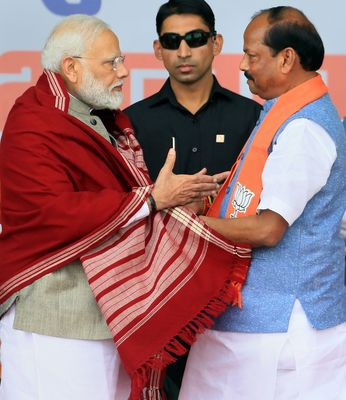 Hoping for the best: Prime Minister Narendra Modi and Jharkhand Chief Minister Raghubar Das at an election rally in Palamu | PTI