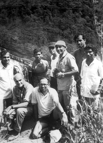 Gadgil and Nobel laureate Barry Bloomberg doing fieldwork in Uttara Kannada district in Karnataka in 1979 | Madhav Gadgil Collections