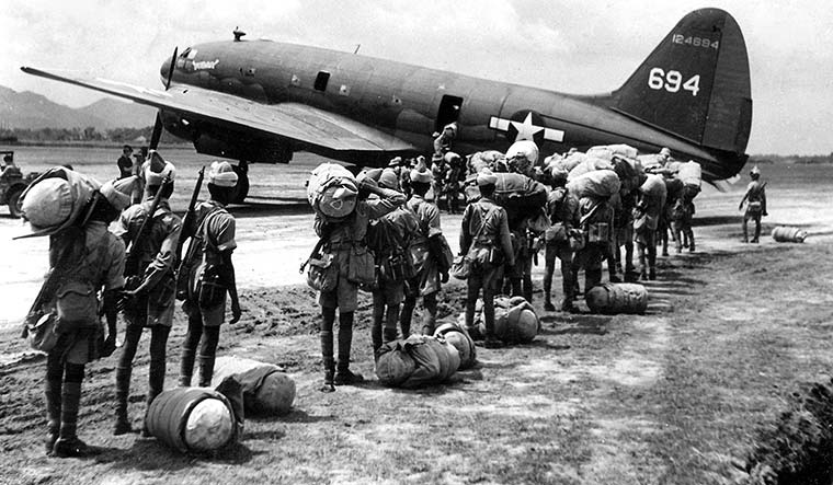 26-Indian-troops-emplaning