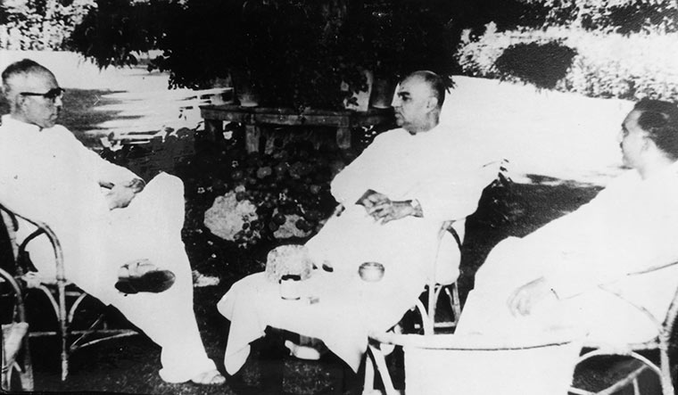 With Sheikh Abdullah (left)and Bakshi Ghulam Mohammad (right) in Srinagar in 1952 | Courtesy Spmrf