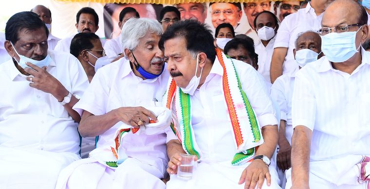 The challengers: Congress leaders Oommen Chandy (second from left) and Ramesh Chennithala in conversation during Aishwarya Kerala Yatra in Kottayam district | Gibi Sam V.P.
