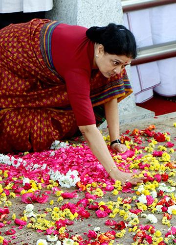 Big loss: Sasikala at Jayalalithaa's shrine at Marina Beach in Chennai | PTI