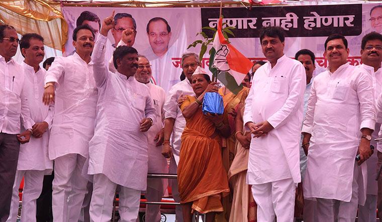 Hand's on: Maharashtra Congress president Ashok Chavan felicitates a protester at Nanar.