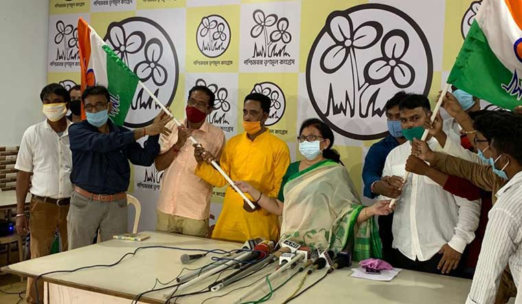 Around 100 former saffron supporters have already pledged support to Mamata in the assembly polls due next year. More are expected to follow suit.
