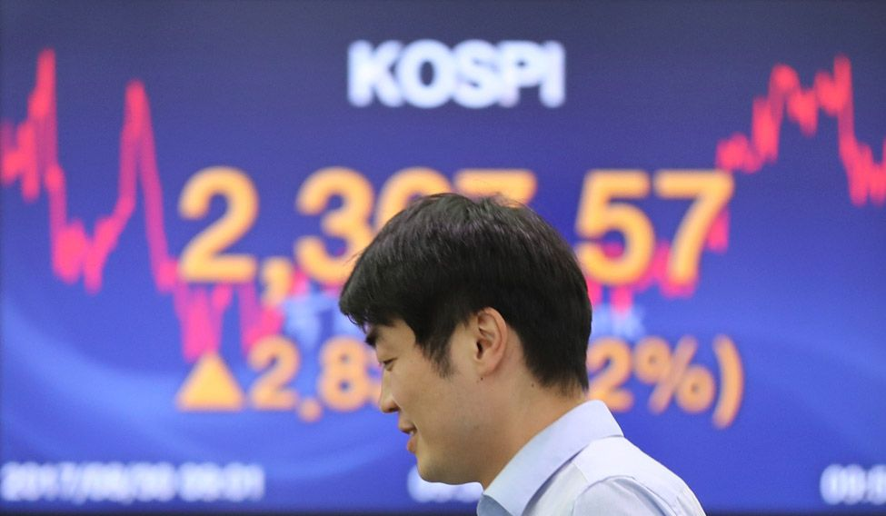 Asian Shares Edge Higher, Bonds Fret On US Inflation