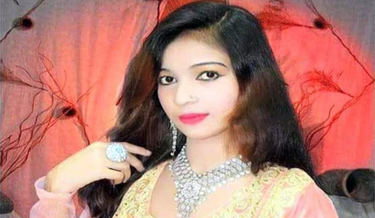 Gunman kills pregnant singer in Pakistan