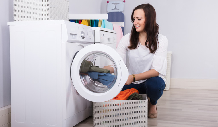 clothes-washing-machine-homemaker-housewise-home-woman-shut