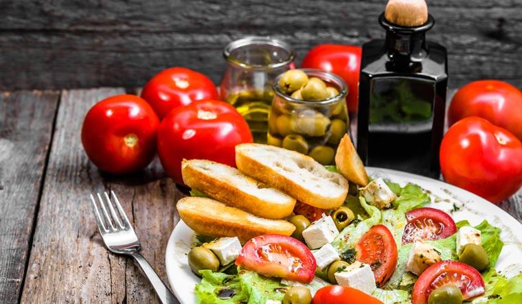Plate-of-salad-mediterranean-diet-with-vegetables-shut