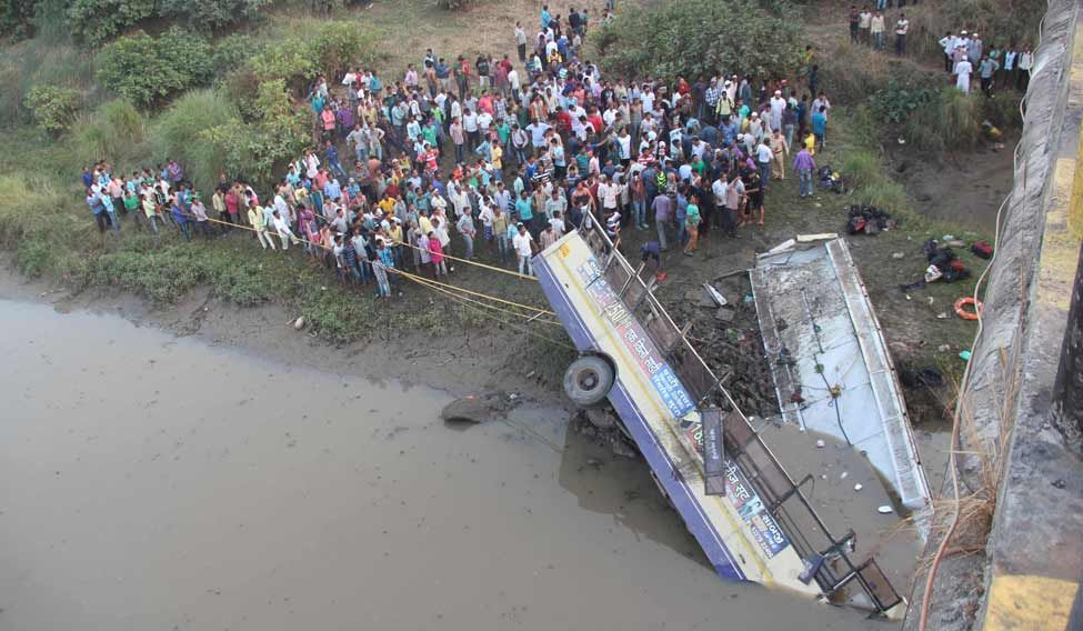 INDIA-ACCIDENT-PASSENGER-BUS-PLUNGES-IN-TO-RIVER