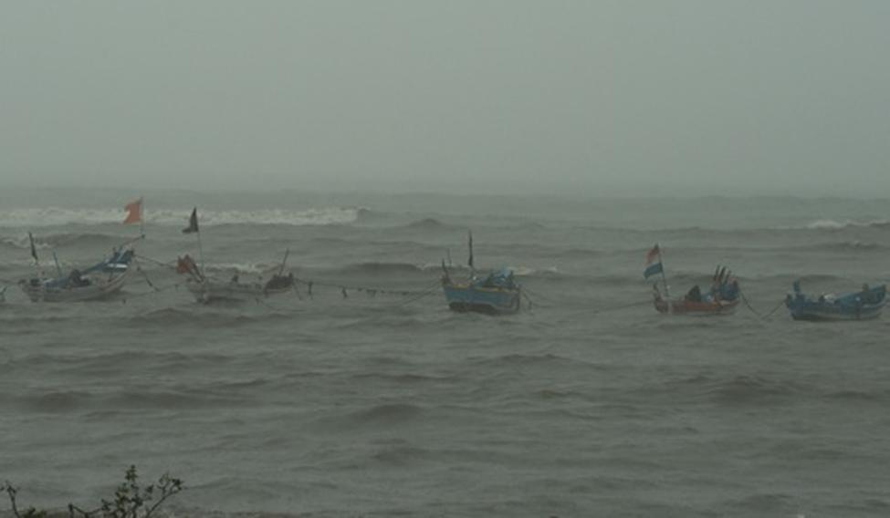 ockhi-cyclone-mumbai-afp