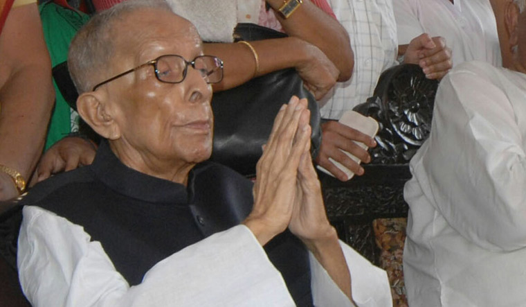 Indian veteran communist leader and former chief minister of India's West Bengal states Jyoti Basu greets well-wishers at his residence during his 95th birthday celebration in Kolkata July 8, 2008. REUTERS/Jayanta Shaw (INDIA) - RTX7QS1