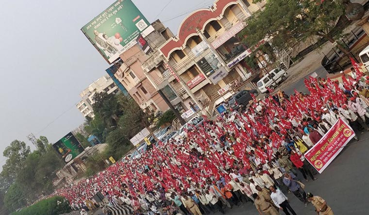 Over 20000 farmers of Kisan Sabha take stir to Vidhan Bhavan