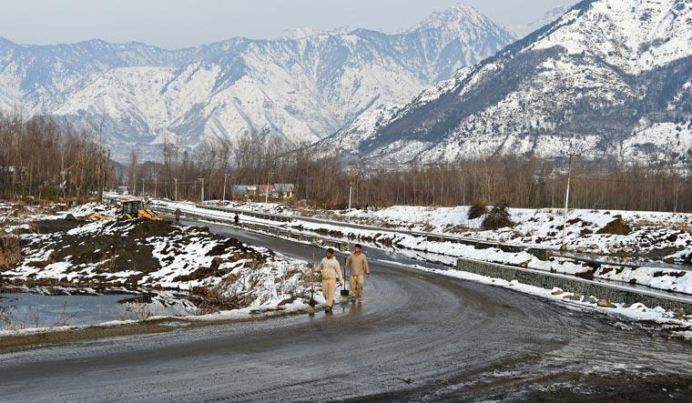 Fresh landslides hamper efforts to reopen Jammu-Srinagar highway
