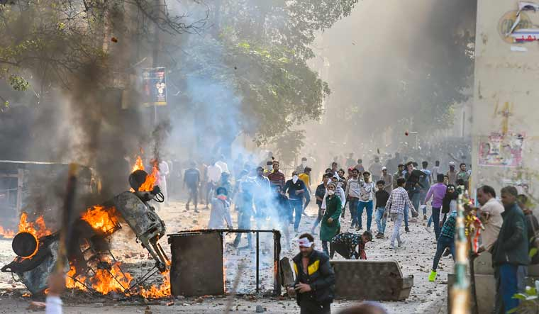 CAA protesters clash; torch two houses, fire tender at Jaffrabad, Maujpur