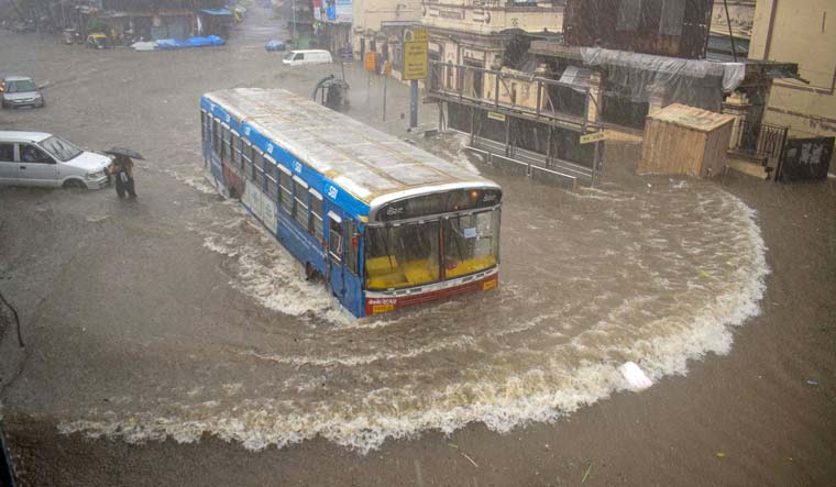 mumbai-bus-rain-pti