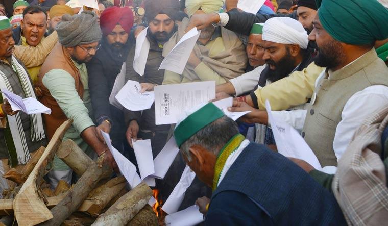 Farmers burn copies of agri laws at Delhi-UP border | Arvind Jain