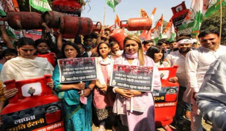 Congress workers stage protest against fuel price in Delhi | Twitter