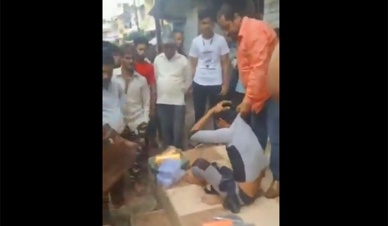 indore-bangle-seller-attacked