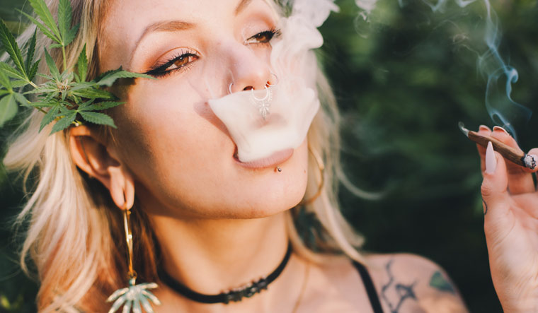 marijuana-cannabis-smoke-pretty-girl-shut
