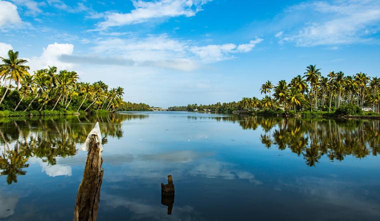 Paravoor--lake--kollam-kerala-tourism-shut