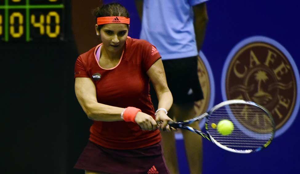 Sania-Mirza-in-action-at-Netaji-Indoor-stadium2