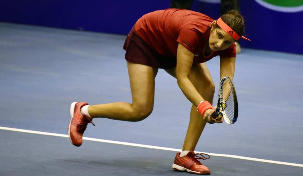 Sania-Mirza-in-action-at-Netaji-Indoor-stadium3