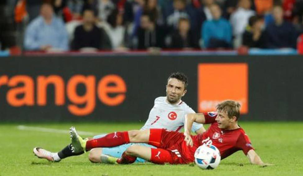 Turkey beat Czechs to stay in last-16 contention