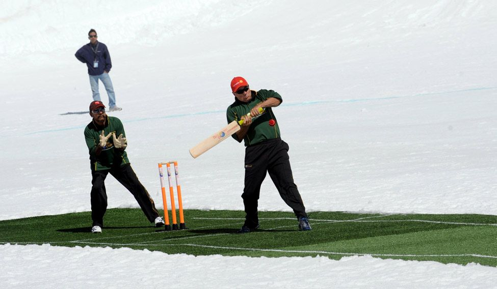 Cricket legends take part in historic game on ice