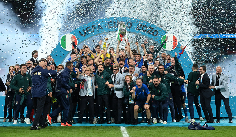 Italy-celebrate-with-the-trophy