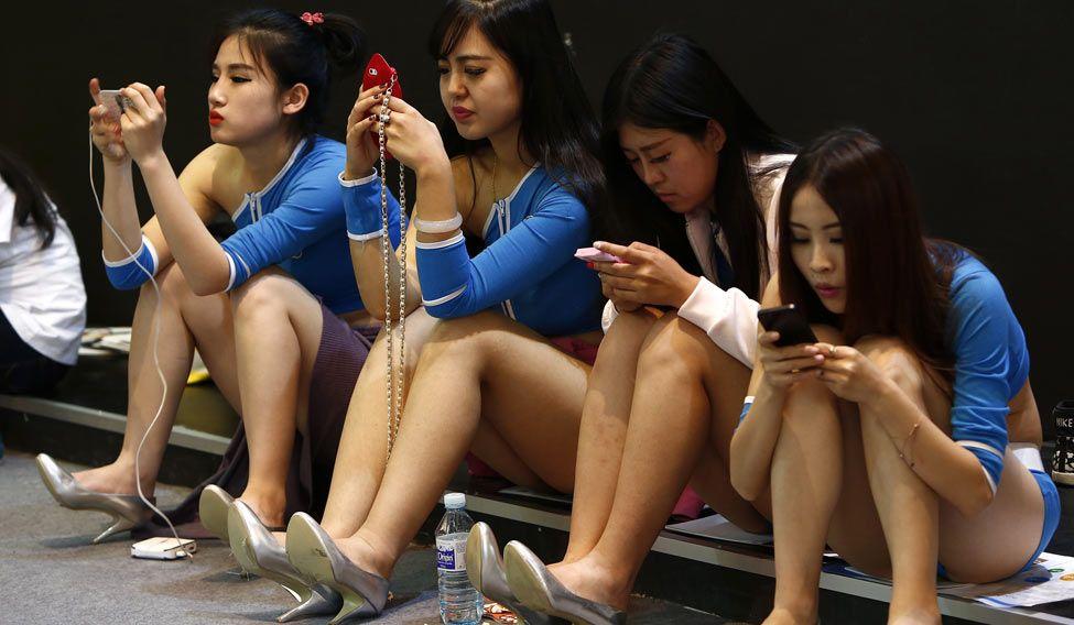 smartphone-china-girls-reuters