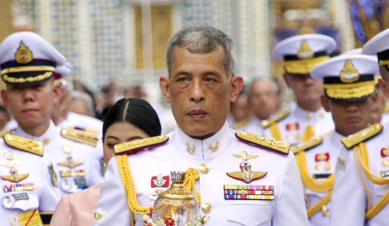 raja-thailand-isolasi-diri-disebuah-luxury-hotel-ditemani-20-wanita-raja-mah-bebas