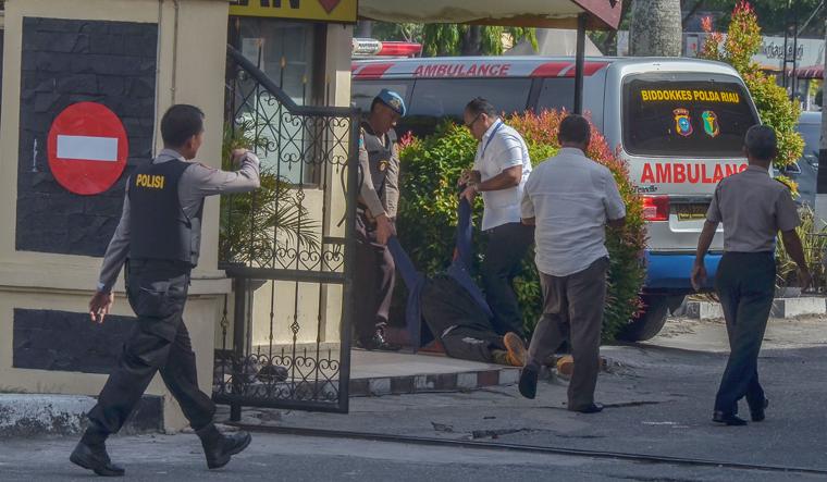 Four men attack Sumatra police station with samurai sword