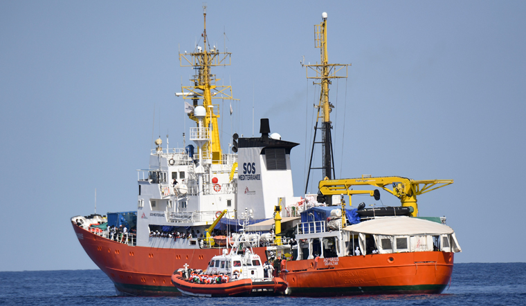migrant-ship-italy-ap