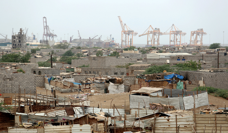 Arab coalition bombs Houthis around Hodeidah airport