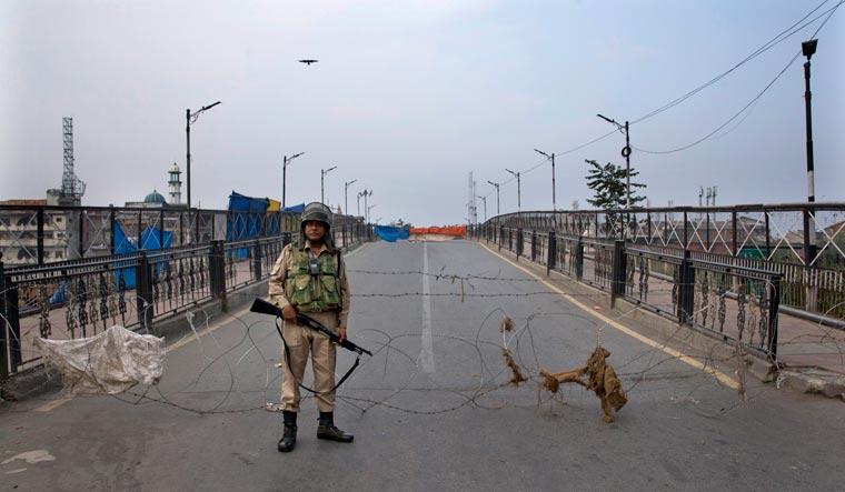 paramilitary-srinagar-barbed-wire-kashmir-AP