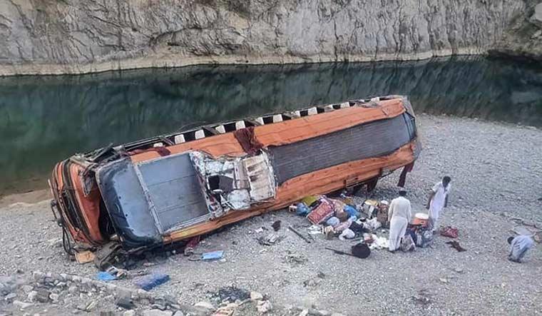 pakistna-bus-crash-sindh-ap