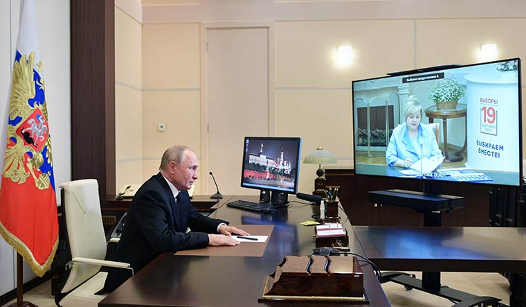 putin-watching-election-results-twitter