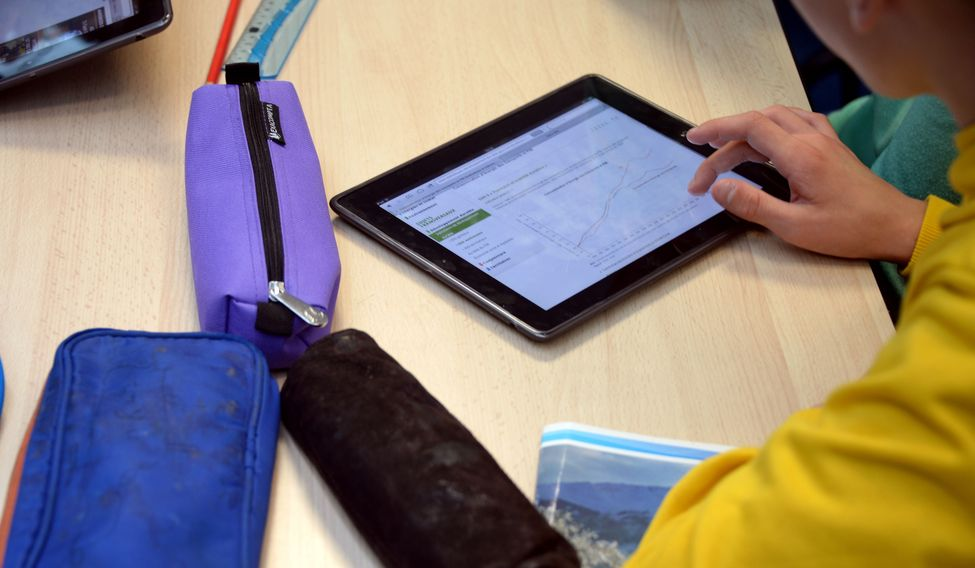 FRANCE-EDUCATION-TECHNOLOGY-INTERNET-TABLET