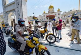 Delhi Police personnel taking a siren-blaring cavalcade around Gurdwara Bangla Saheb